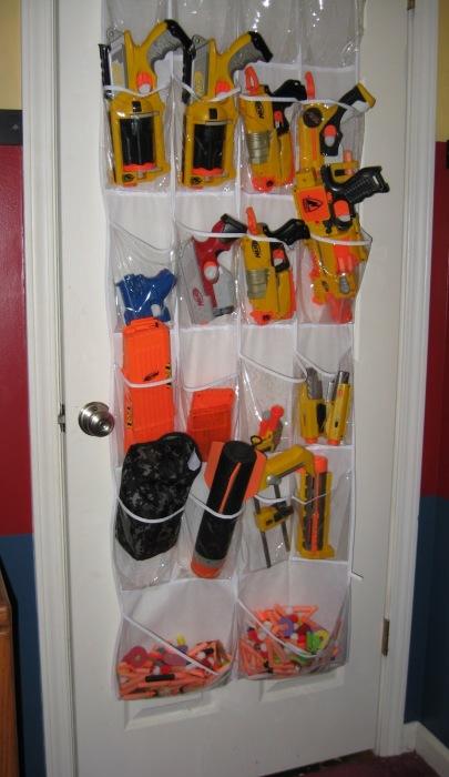 Для экономии пространства можно устроить хранилище игрушек прямо на двери. /Фото: 1.bp.blogspot.com