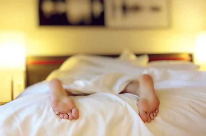 Спать в жару тоже нужно правильно. /Фото: heatpumpsnow.co.nz