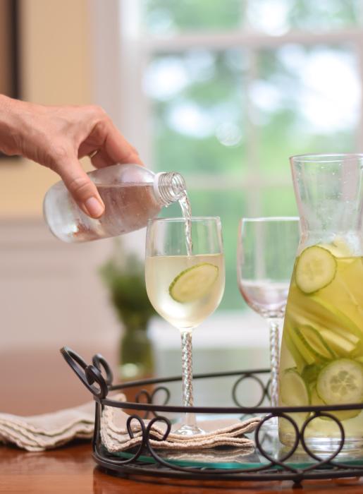 Лучший освежающий напиток — вода с лимоном или свежим огурцом. /Фото: nourishandnestle.com