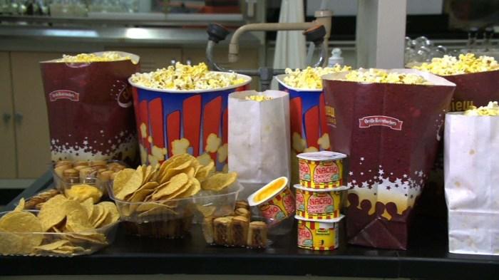 Не зря еда и напитки в кинотеатрах такие заманчивые. /Фото: i.ytimg.com
