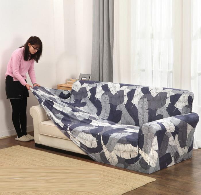 Чехол, который скрывает весь диван. /Фото: dekoriko.ru