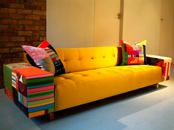 Яркое оформление боковых частей дивана. /Фото: dresuar.ru