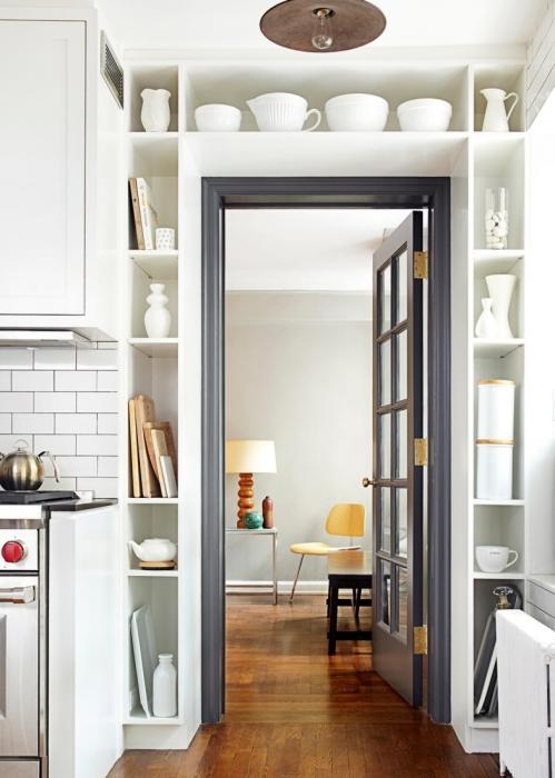 Как задействовать «мертвую зону» вокруг двери. /Фото: housesdesign.ru