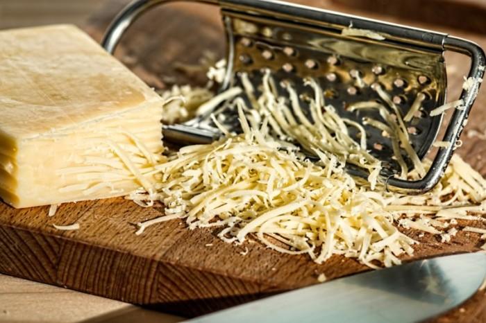 Подмороженный сыр не пристанет к терке. /Фото: positime.ru