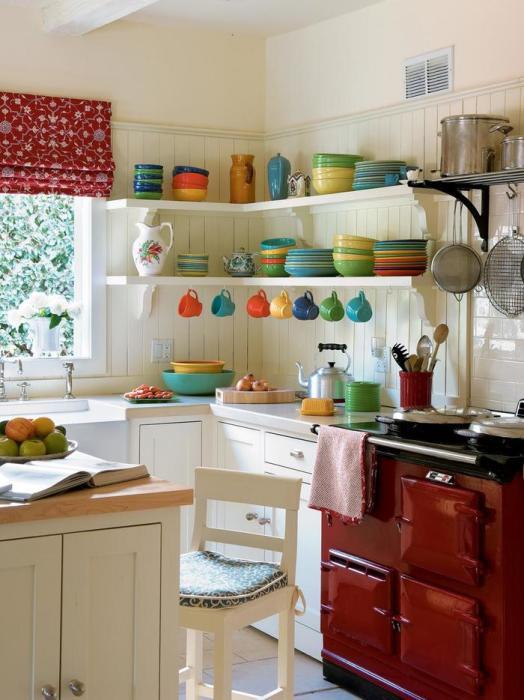 Яркая посуда украшает интерьер. /Фото: kvartblog.ru