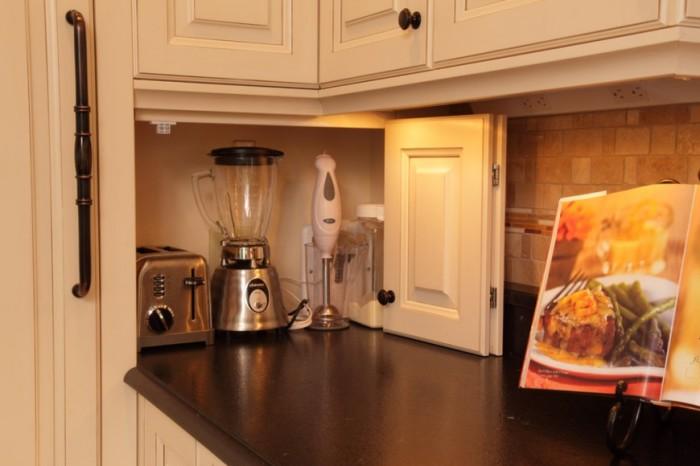 Как спрятать мелкие кухонные приборы. /Фото: www.weareart.ru