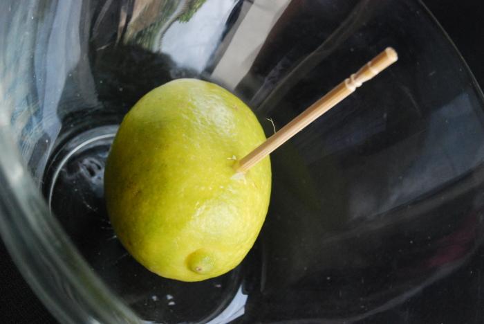 Теперь и вы знаете, как правильно наколоть этот хитрый фрукт. /Фото: wikihow.com