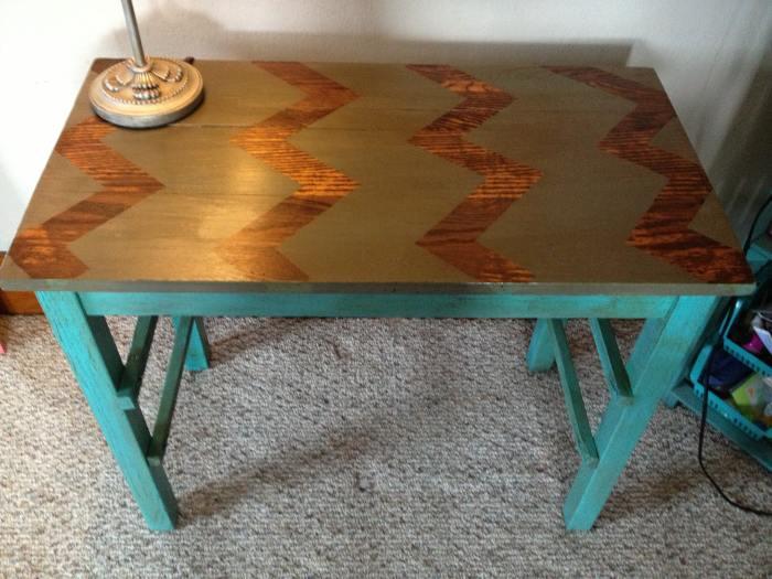 Эффектная столешница преобразила обычный стол. /Фото: ishoppy.biz