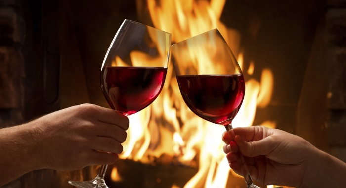 Единственный верный способ держать бокал с вином. /Фото: makalius.lt