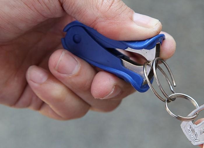 Антистеплер разомкнет объятья кольца для ключей. /Фото: img.odometer.com
