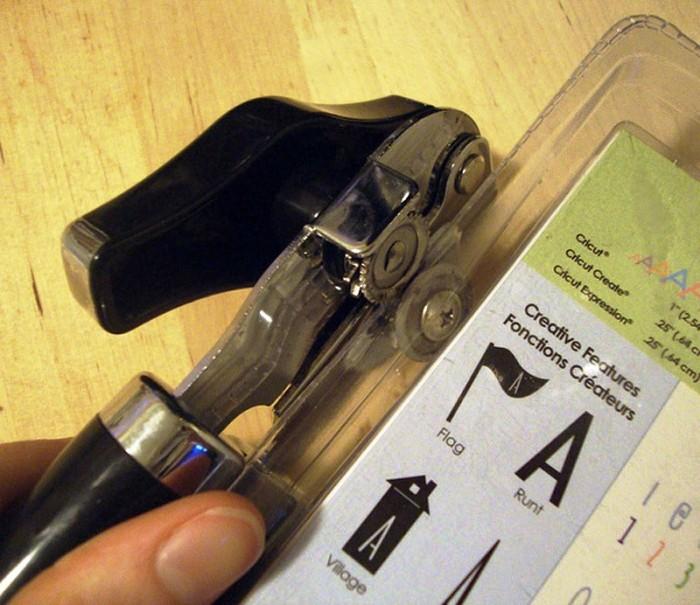 Консервный нож легко разрежет жесткий пластик. /Фото: mplast.by