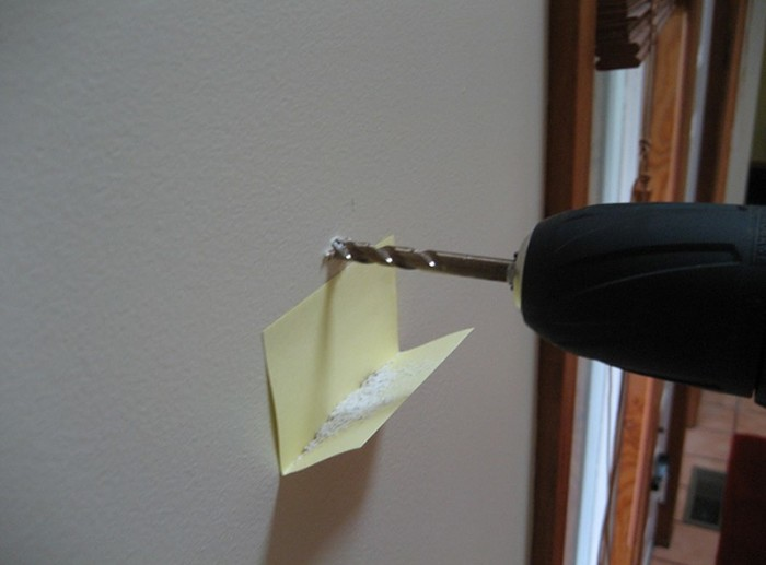 Стикер в нужном месте избавит от уборки. /Фото: itd2.mycdn.me