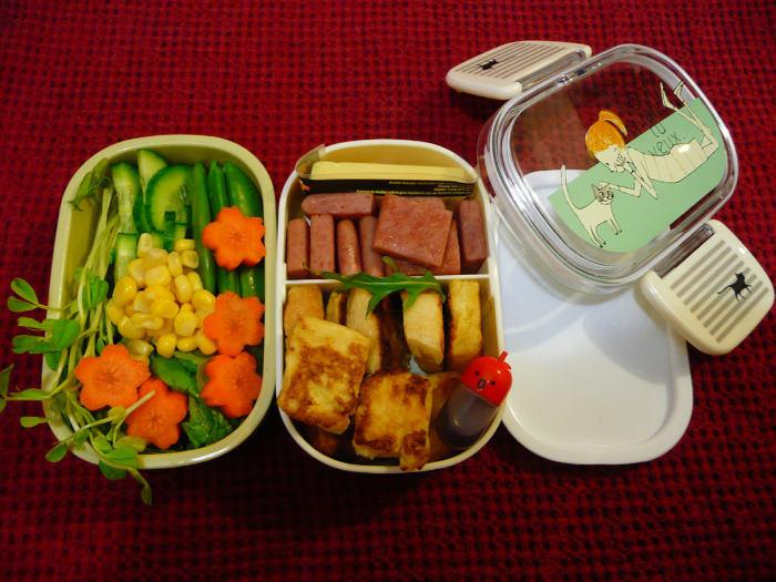 Вовремя меняйте ланчбоксы и детскую пластиковую посуду. /Фото: thefoodpornographer.com