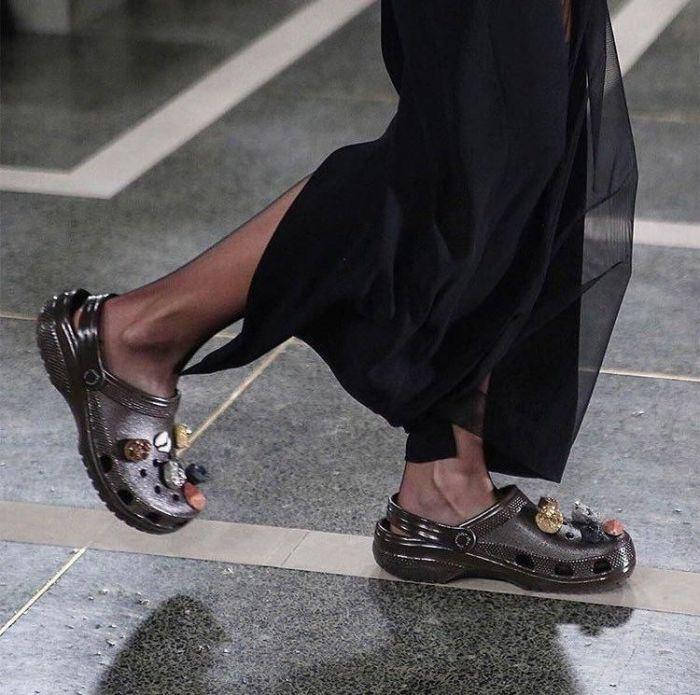 Кроксы под длинное платье, конечно, смотрятся эффектно. /Фото: i.pinimg.com