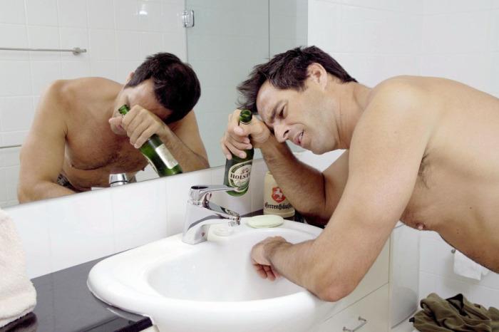 Один из основных признаков похмелья — запах перегара. /Фото: alkogolu.net