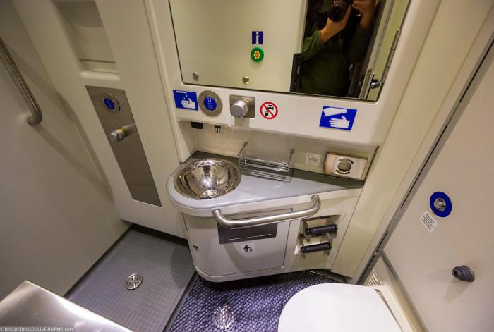 Душ можно принять прямо в туалете поезда. /Фото: loveopium.ru