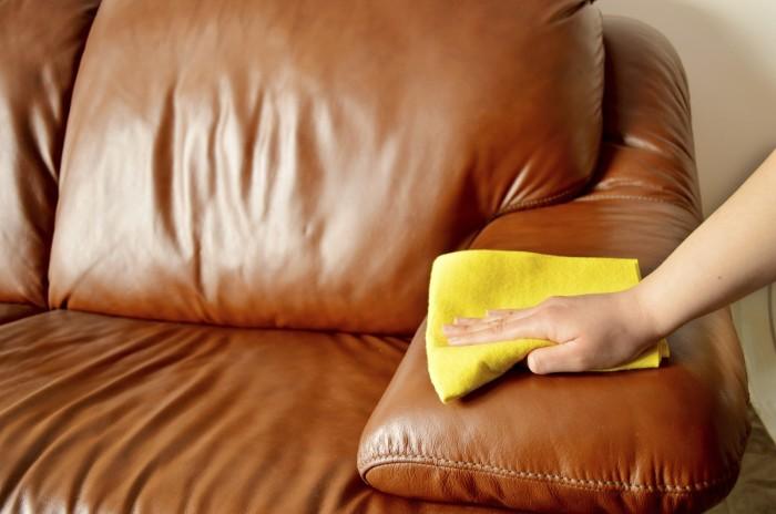 Сухая тряпочка - лучший друг кожаного дивана. /Фото: fjellkjeden.net