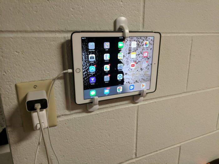 Временный держатель для планшета из крючков. /Фото: i.imgur.com