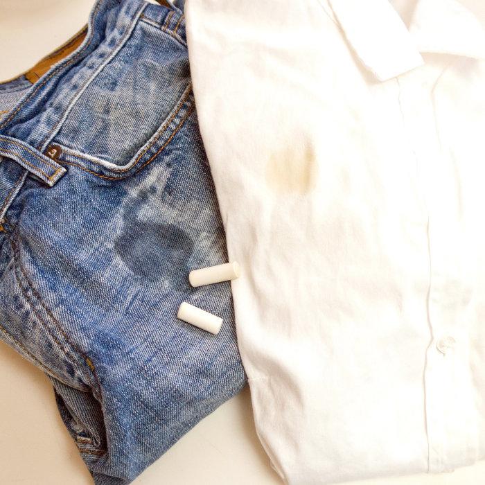 Попросите у ребенка кусочек мела чтобы удалить жирное пятно. /Фото: media3.popsugar-assets.com