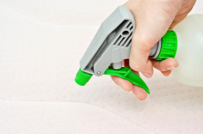 Немного усилий, и чистота будет во всем доме. /Фото: wikihow.com