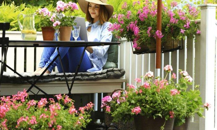 Так приятно отдохнуть в окружении красивых цветов. /Фото: remontindom.ru