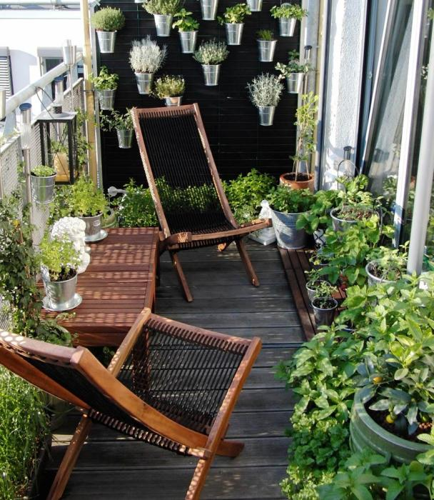 Много зелени — тоже хорошо. /Фото: balkon-info.ru