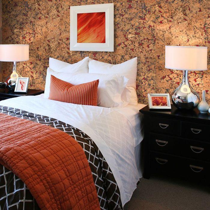Пробковые панели подходят даже для спальни. /Фото: i.pinimg.com