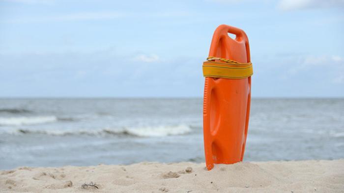 Лучше всего отдыхать на пляжах, на которых есть профессиональные спасатели. /Фото: cdn.abclocal.go.com