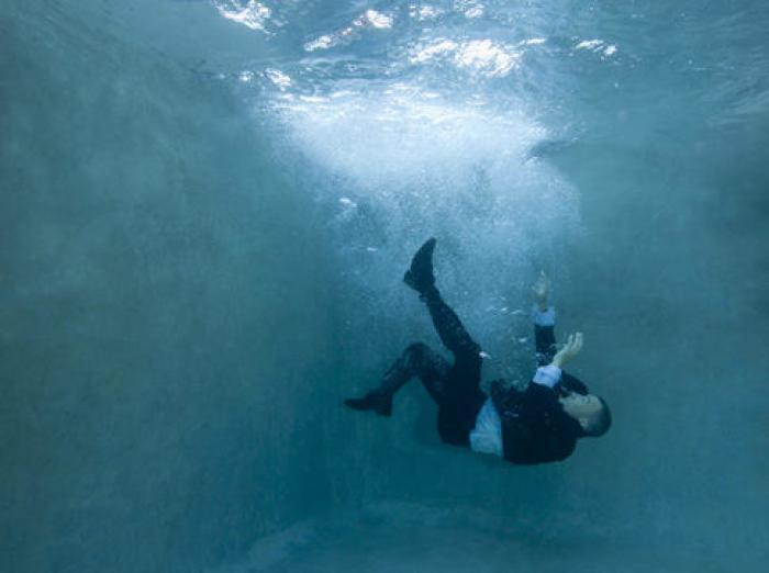 При спасении утопающего нужно позаботиться об опоре для себя. /Фото: dreamstop.com