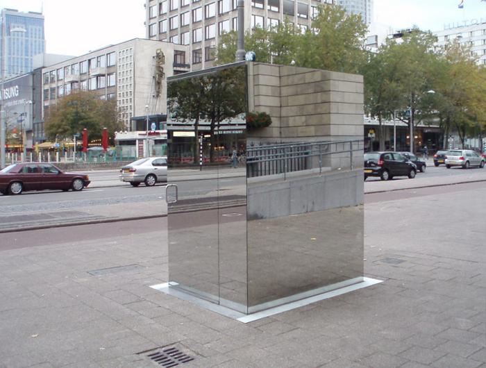 Зеркальный туалет с прозрачными стенами. /Фото: omegashop.com.ua