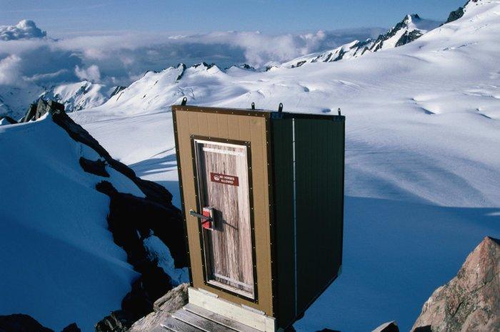 Туалет на леднике Фокс в Новой Зеландии. /Фото: image.redbull.com