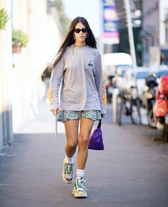 Массивные кроссовки и легкая юбка. /Фото: pbs.twimg.com
