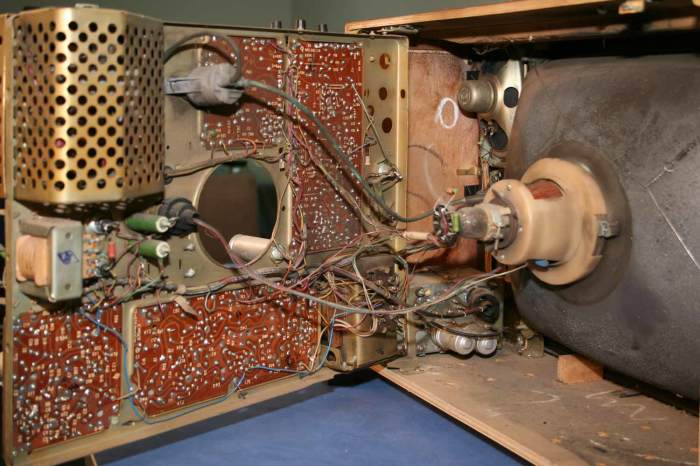 Старый телевизор разберут на детали. /Фото: rw6ase.narod.ru