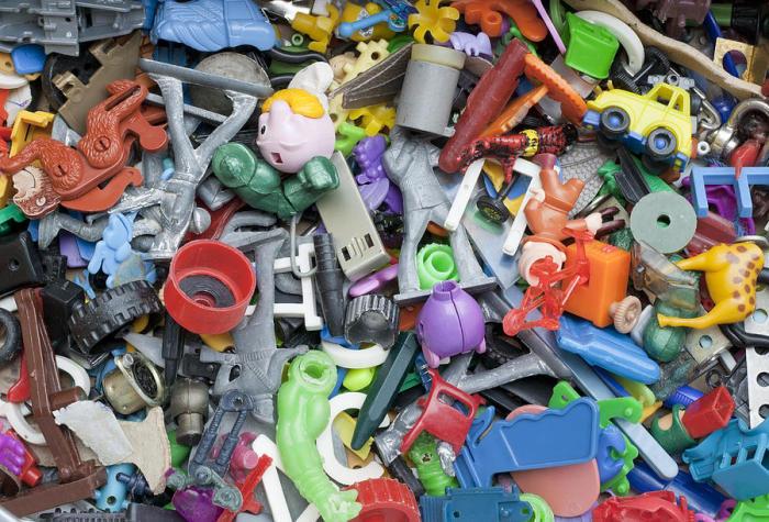 Вовремя ликвидируйте сломанные игрушки. /Фото: www.bubbleblabber.com