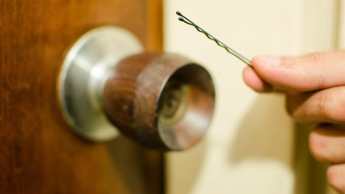 Невидимка для волос может справиться с замком. /Фото: www.wikihow.com