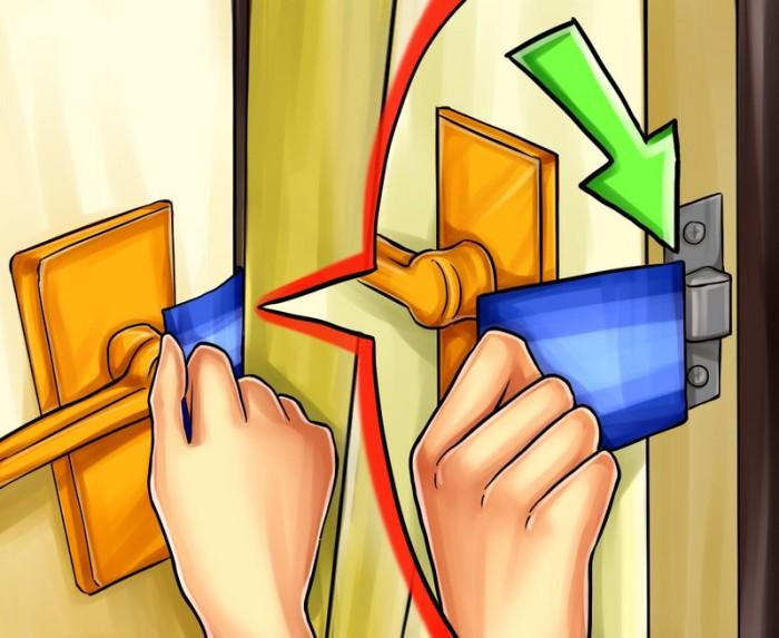 Как можно открыть дверь с помощью кредитной карты. /Фото: dveridoma.net
