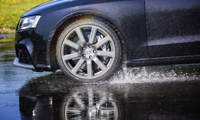 Движение по мокрой дороге таит в себе много скрытых опасностей.