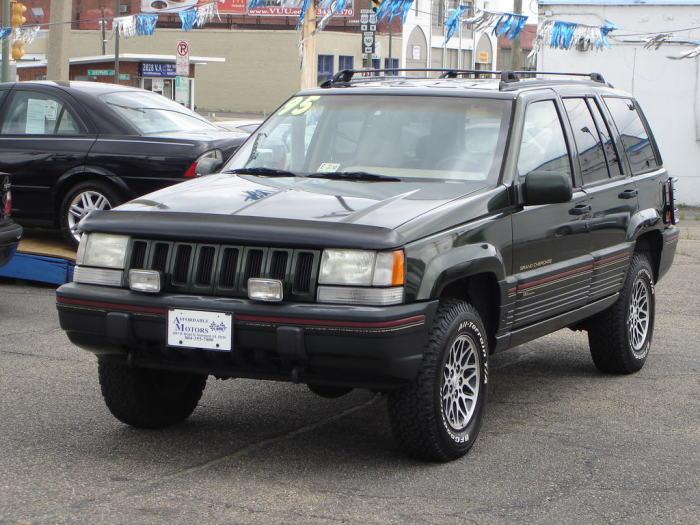 Большой и прожорливый, но при этом быстрый и солидный - таким был Jeep Grand Cherokee.