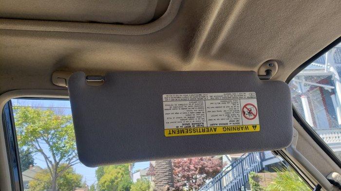 Некоторые водители не знают, что солнцезащитный козырек может защищать не только от солнца, светящего в лобовое стекло, а и в боковое.