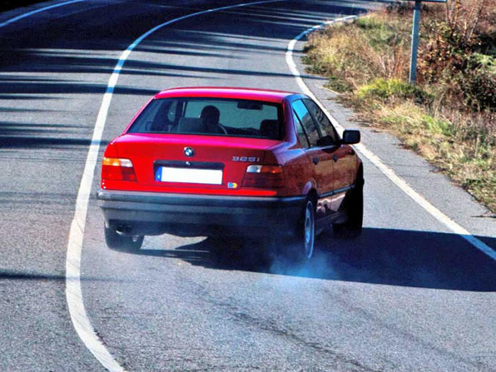Этому могут поспособствовать неправильно выставленные углы установки колес и т.д. | Фото: fb.ru