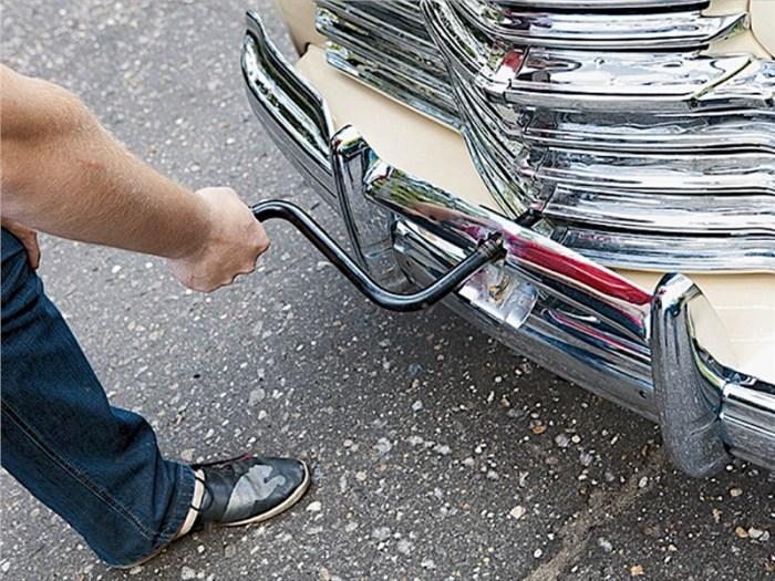 Кривой стартер ручка был жутко неудобен, а порой даже опасен. | Фото: taxi-souz.ru