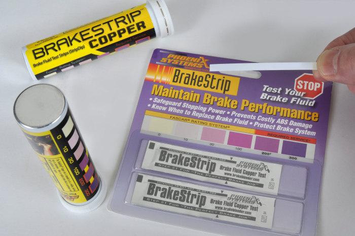 В автомобильных магазинах продаются специальные тест-полоски, которые меняют свой цвет, в зависимости от состояния тормозной жидкости. | Фото: mooregoodink.com