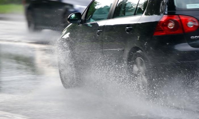 Чрезмерно быстрая езда в плохую погоду – признак непонимания водителем опасности, которую такое поведение влечет за собой. | Фото: ivbg.ru