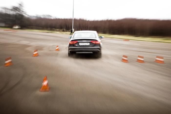 Пройдя точку апекса необходимо начать ускоряться и распрямлять руль. | Фото: imyaqa.com