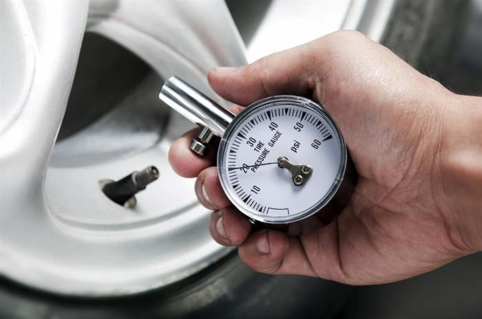 Слишком низкое давление в колесах влечет за собой увеличение расхода топлива и ухудшения управляемости. | Фото: shiny-info.ru
