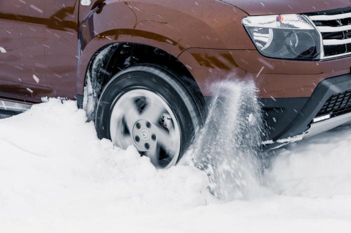 Скользкие участки нужно преодолевать с прямыми колесами. | Фото: guru-motorov.ru