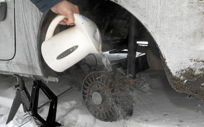 Как только не приходится размораживать тормозные механизмы зимой. | Фото: zr.ru