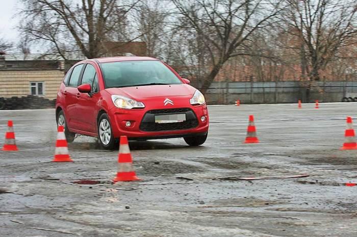 Неровности лучше проезжать без ускорений и торможений. | Фото: autocentre.ua