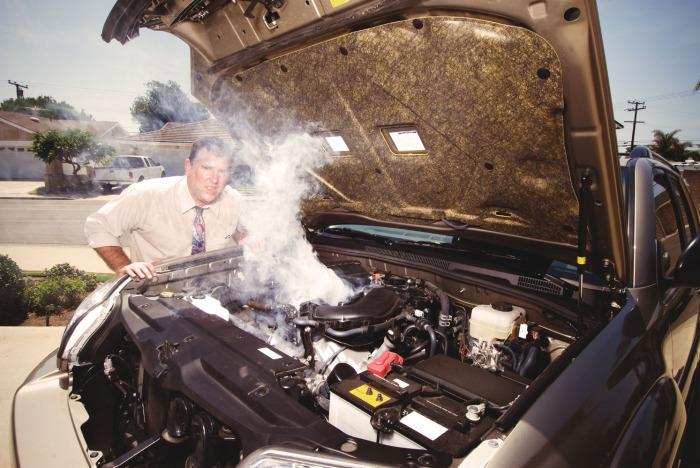 Если же машина все-таки закипела, необходимо полностью остановиться, не выключая при этом зажигания, чтобы вентилятор радиатора продолжал работать.