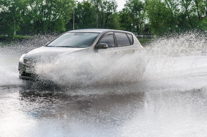 Тормоза могут свистеть всего лишь из-за того, что намокли. | Фото: michigancarinsurance.com